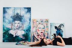 Женский художник на холсте изображения на белой предпосылке Художник девушки с щетками и палитрой Концепция творения искусства Стоковое Фото