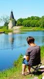 Женский художник рисует старую башню Стоковые Фото