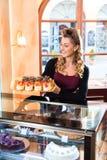 Женский хлебопек в кондитерскае Стоковые Фотографии RF
