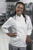 Женский шеф-повар в кухне стоковые фотографии rf