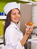 Женский шеф-повар держа еду стоковые изображения