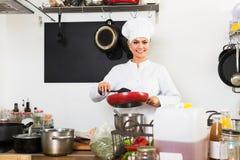 Женский шеф-повар на кухне кафа Стоковые Фото