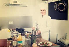 Женский шеф-повар на кухне кафа Стоковая Фотография