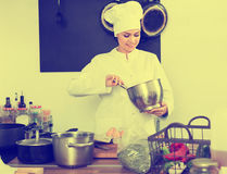 Женский шеф-повар на кухне ` s кафа Стоковое Изображение RF