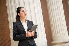 Женский юрист держа цифровой планшет Стоковые Фотографии RF