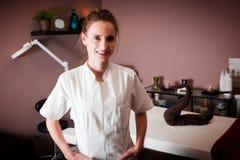 Женский beautician в ее салоне красоты и массажа стоковое фото
