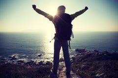 Женский hiker на верхней части горы взморья Стоковое Изображение