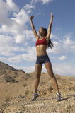 Женский Jogger протягивая ее оружия Outdoors Стоковые Фото