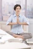 женский meditating работник конторской работы Стоковые Фото