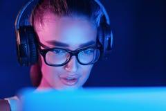 Женский pro gamer играя видеоигру, нося шлемофон стоковое изображение