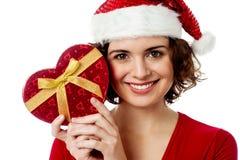 Женский santa держа подарок xmas Стоковое фото RF