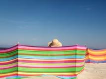 Женский sunbather на пляже Стоковое Изображение RF