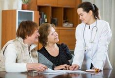 Женский therapeutist советуя с старшими пациентами в клинике Стоковые Фотографии RF