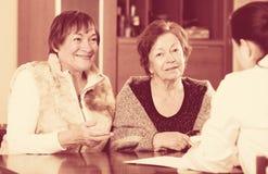 Женский therapeutist советуя с старшими пациентами в клинике Стоковые Изображения