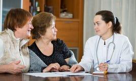 Женский therapeutist советуя с старшими пациентами в клинике Стоковое фото RF
