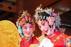 2 женских актера выполняют китайскую оперу, Сучжоу, фарфор Стоковое фото RF