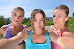 3 женских бегуна делают selfie после их первой разминки Стоковое Фото