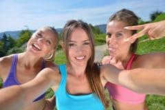 3 женских бегуна делают selfie после их первой разминки Стоковая Фотография