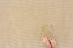 2 женских босые ноги на песке пляжа Стоковые Изображения