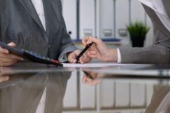 2 женских бухгалтера проверяя финансовый отчет или подсчитывая доходом калькулятора для налоговой формы, конца-вверх рук Стоковые Изображения RF