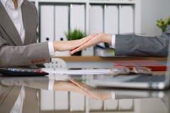 2 женских бухгалтера проверяя финансовый отчет или подсчитывая доходом калькулятора для налоговой формы, конца-вверх рук Стоковые Изображения