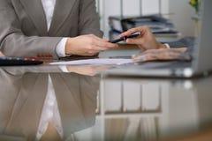 2 женских бухгалтера проверяя финансовый отчет или подсчитывая доходом калькулятора для налоговой формы, конца-вверх рук Стоковое Изображение