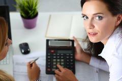 2 женских бухгалтера рассчитывать калькулятор Стоковые Фото
