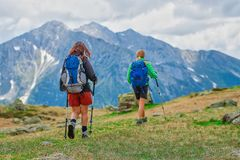 2 женских друз во время отклонения горы Стоковые Фотографии RF