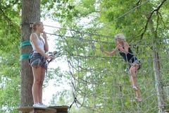 2 женских друз в взбираясь парке приключения Стоковая Фотография