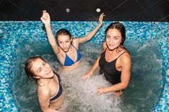 3 женских друз в плавательном бассеине Стоковое Изображение RF