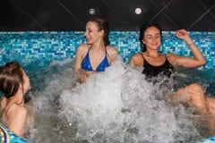 3 женских друз в плавательном бассеине Стоковая Фотография RF
