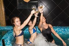 3 женских друз в плавательном бассеине Стоковая Фотография
