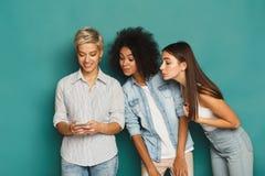 3 женских друз в студии Стоковая Фотография