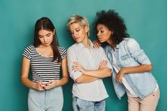 3 женских друз в студии Стоковые Фото
