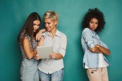 3 женских друз в студии Стоковые Изображения RF