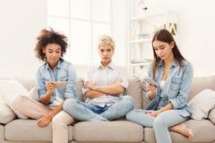 3 женских друз дома Стоковые Изображения RF