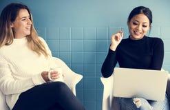 2 женских друз имеют переговор пока имеющ кофе стоковые фото