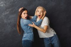 2 женских друз имея потеху на предпосылке студии Стоковое Изображение RF