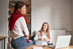 2 женских друз на кафе Стоковые Фотографии RF