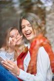 2 женских друз на кафе Стоковая Фотография RF