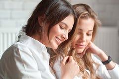 2 женских друз на кафе Стоковые Фото