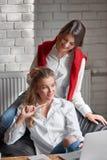2 женских друз на кафе Стоковое Фото