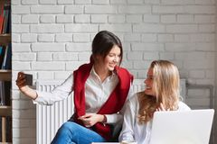 2 женских друз на кафе Стоковая Фотография