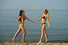 2 женских друз на пляже Стоковая Фотография