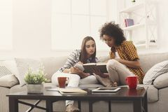 2 женских друз подготавливая для экзамена дома Стоковое Изображение