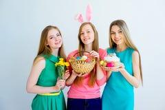 3 женских друз празднуя пасху Стоковая Фотография