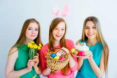 3 женских друз празднуя пасху Стоковое фото RF
