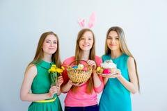 3 женских друз празднуя пасху Стоковые Изображения RF