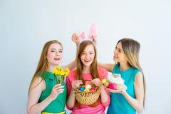 3 женских друз празднуя пасху Стоковые Изображения