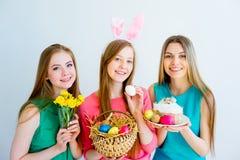 3 женских друз празднуя пасху Стоковое Изображение